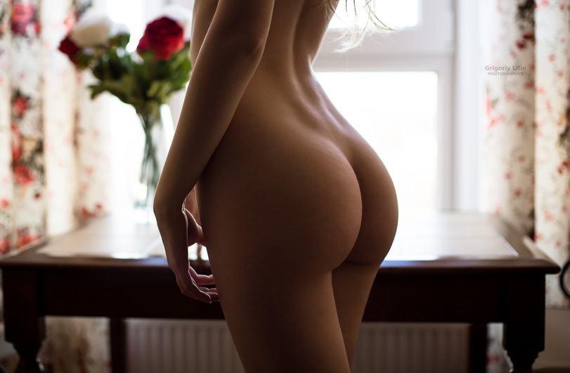 Попы голых девушек фото